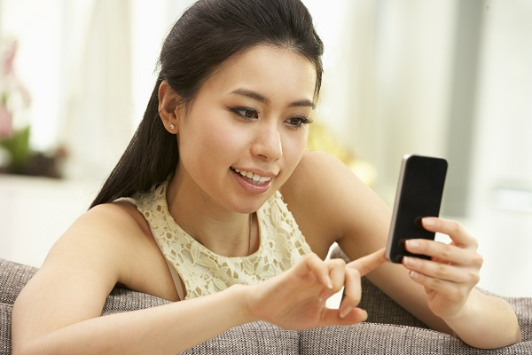 携帯を触る女性
