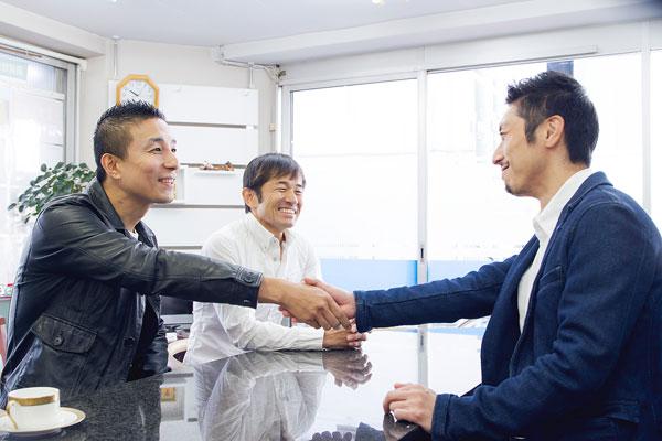 客と店員の握手