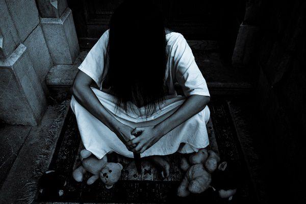 座り込む幽霊