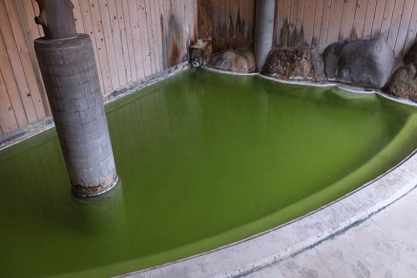 エメラルドグリーン温泉