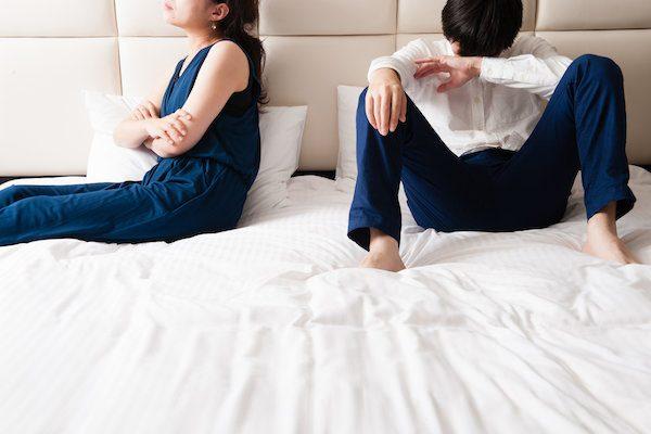 ベッドのカップル