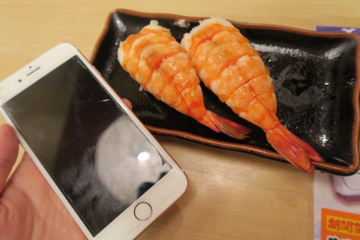 大阪『ぶっち切り寿司魚心』ネタのデカさが異常 海老がほぼiPhoneサイズ