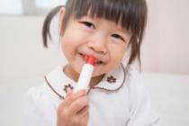 口紅を塗る少女