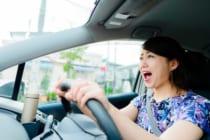 車で叫ぶ女性