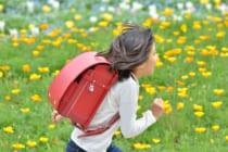 花畑を走る小学生