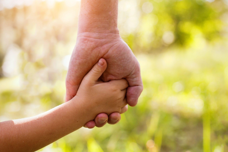 子供と手をつなぐ