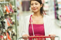 スーパーで買い物をする女性