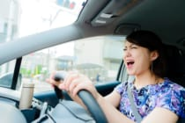 車の運転中に歌う