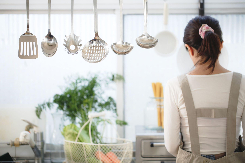 キッチンに立つ主婦