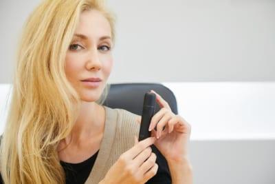 日本先行発売の加熱式タバコデバイス『jouz』にロシア美女が興奮 「モスクワに持ち帰りたい」