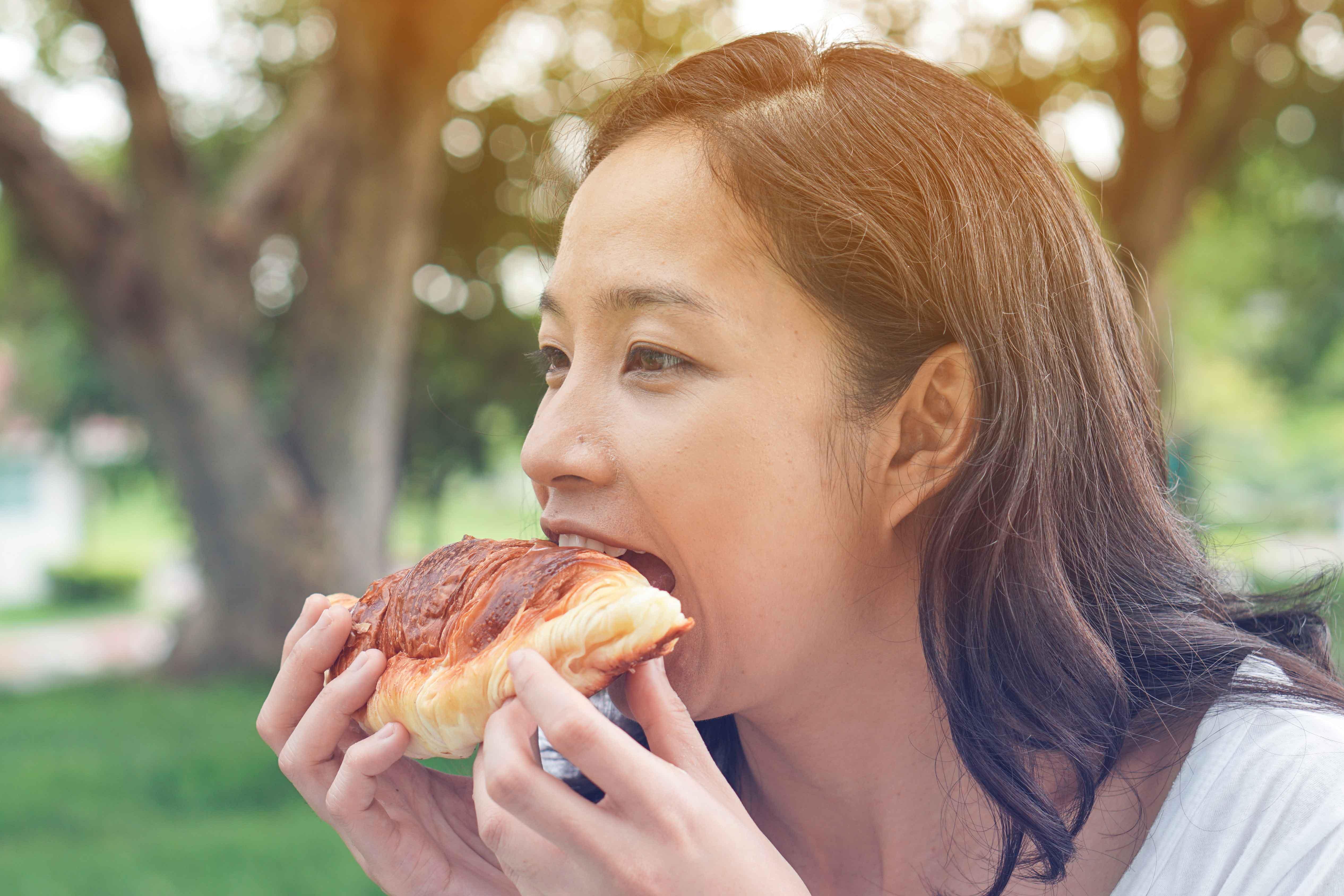 パンを食べる
