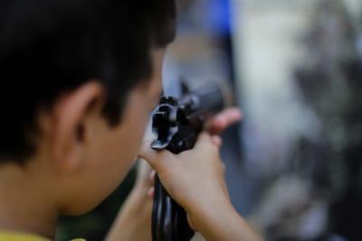 拳銃をかまえる少年